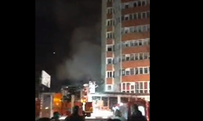 Incendiu la un magazin din Petroșani. Mai mulți locatari ai unui bloc din vecinătate – evacuați