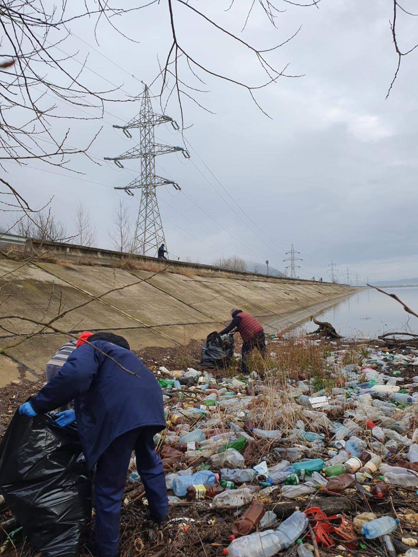 Mormanele de gunoaie, care sufocau zona lacului de la Subcetate, strânse de angajați ai Hidroelectrica