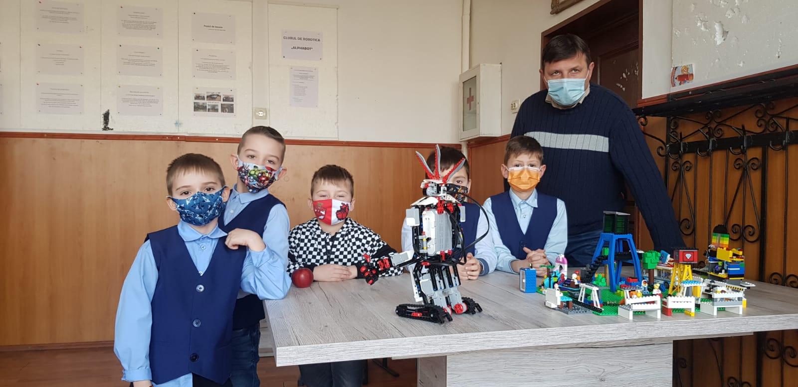 """Alphabot Junior, echipa formată din șapte elevi de clasă pregătitoare, din Hunedoara, premiată la Festivalul Național """"First Lego"""""""