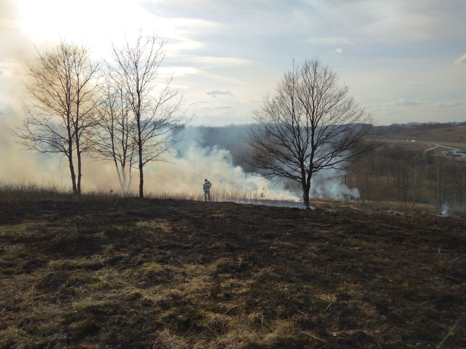 Sezonul incendiilor de vegetaţie uscată, din nou deschis. A1 inundată de fum