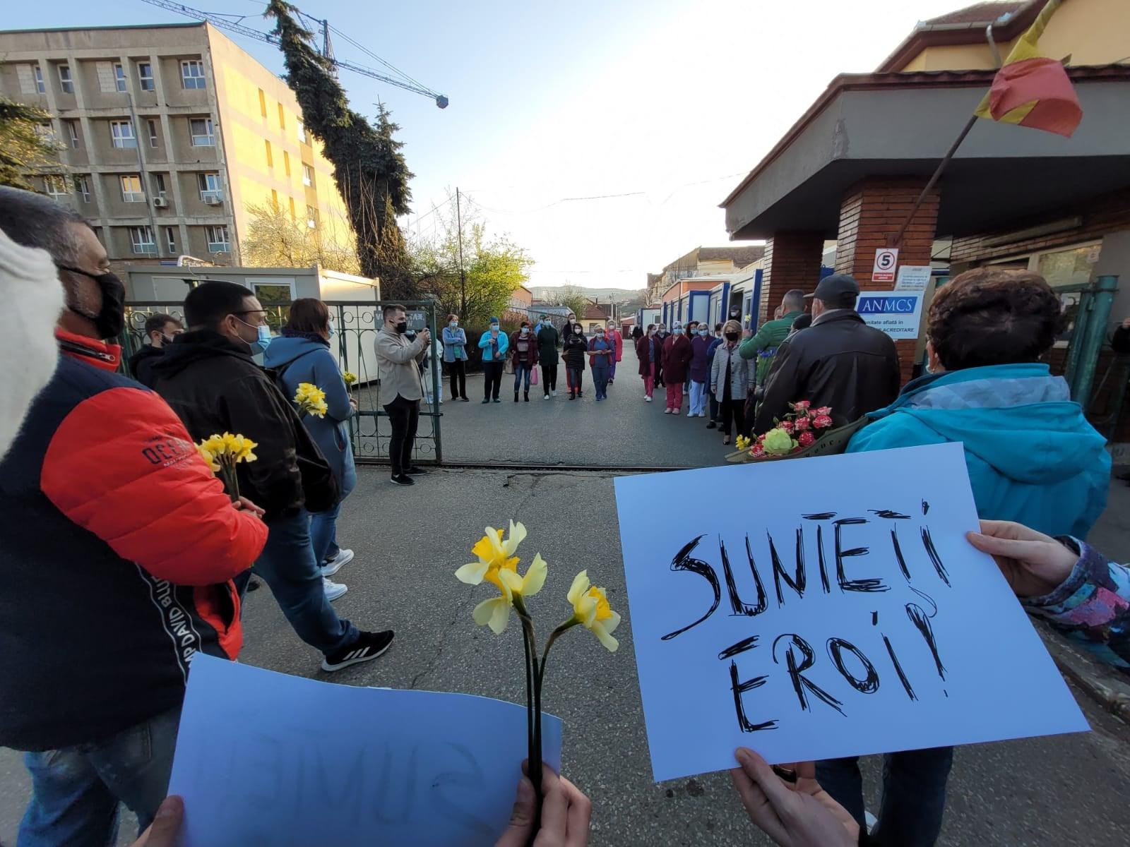 FOTO| Moment emoţionant, la poarta Spitalului Judeţean de Urgenţă Deva. Flori şi aplauze pentru personalul medical aflat în prima linie în lupta cu COVID-19