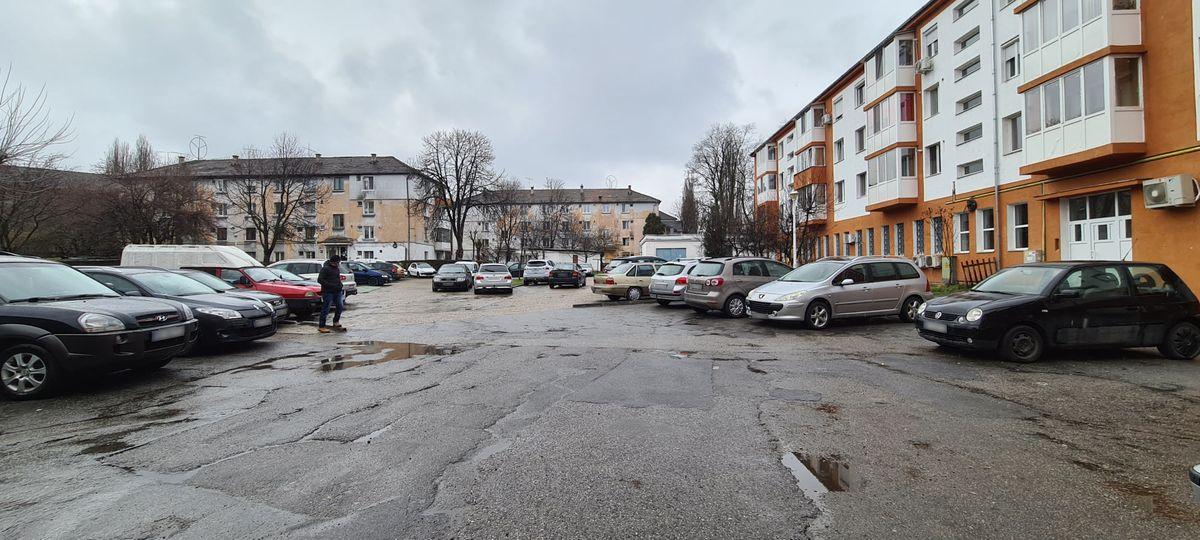 Hunedoara: Încep lucrările de reabilitare a parcării de pe strada George Enescu. Proprietarii de autoturisme, rugaţi să elibereze zona