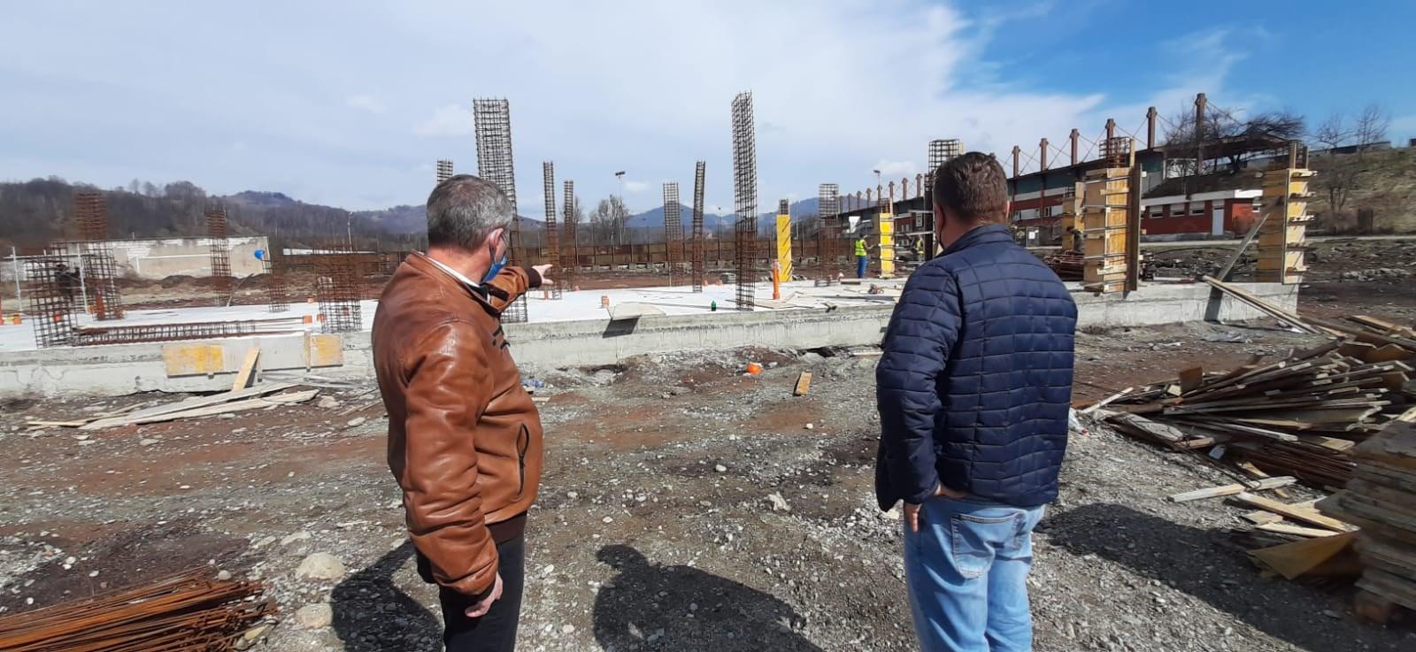 Lucrări în grafic la noua bază sportivă din Petroşani. Teren cu 500 de locuri în tribună şi instalaţie de nocturnă