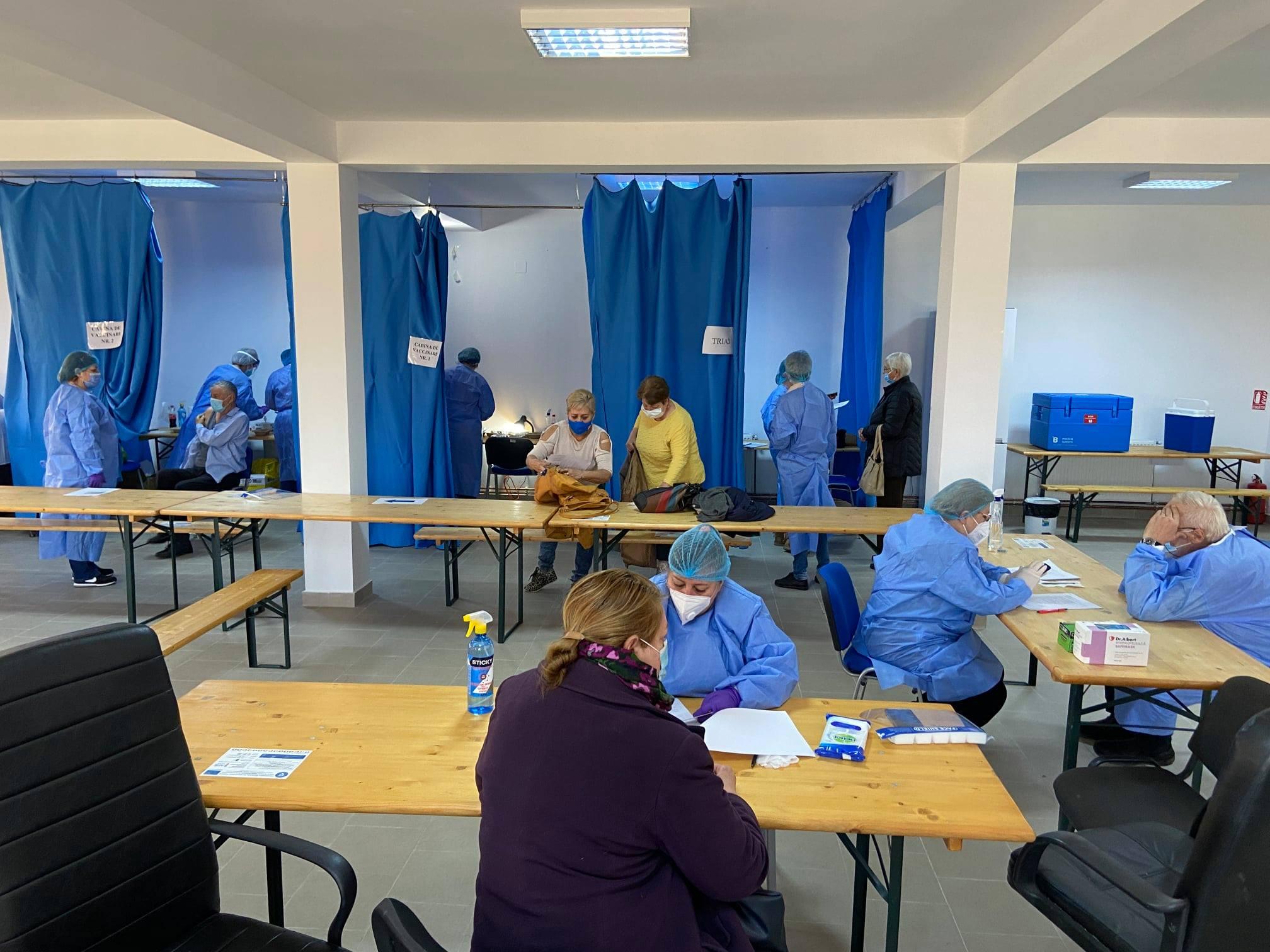 Aproape 600 de persoane, vaccinate împotriva COVID-19, într-o singură zi, la centrele mobile din Peştişu Mic şi Geoagiu