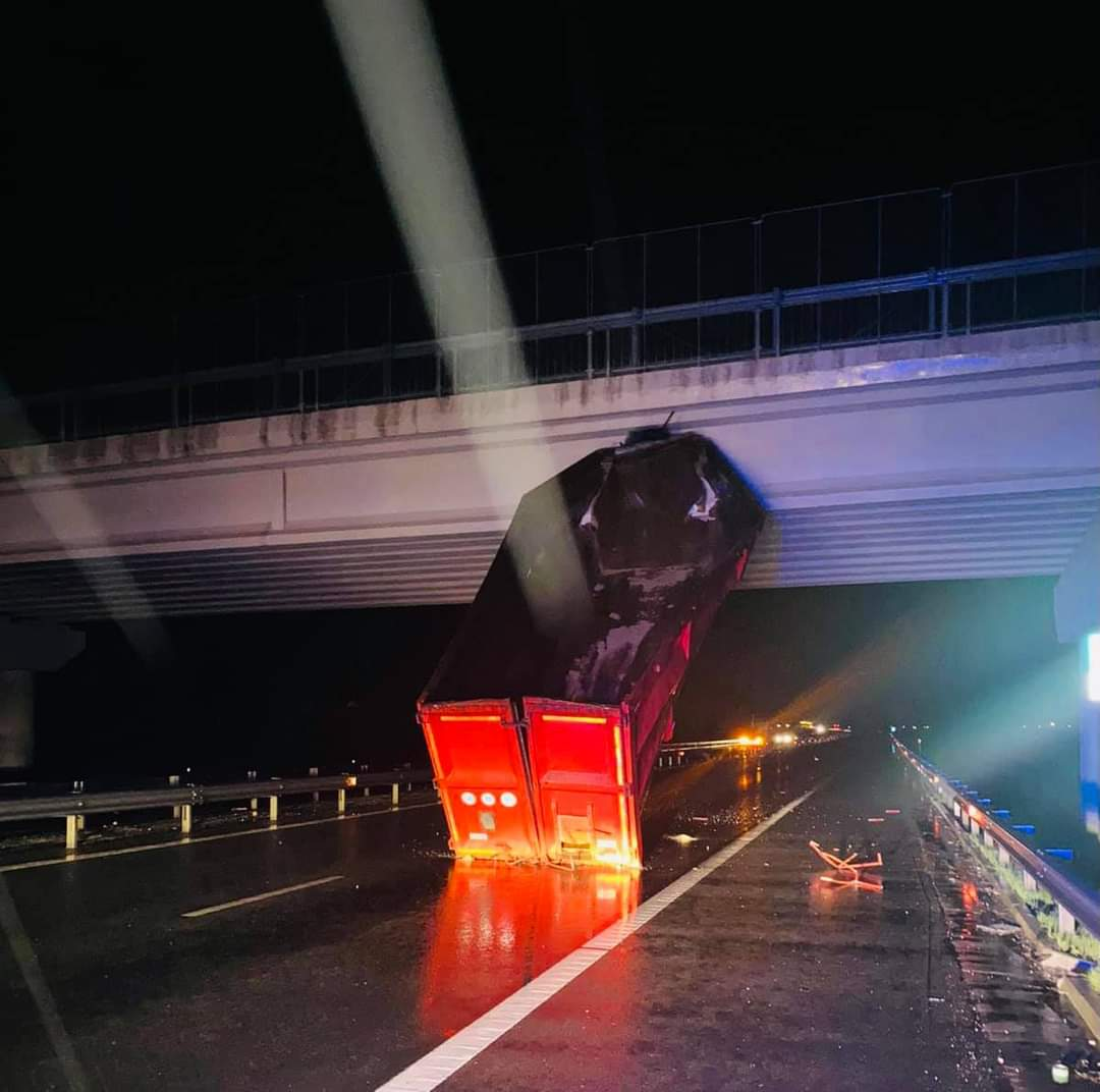 Accident rutier pe A1, în apropiere de Orăștie. Remorca unui TIR a rămas agățată de un pod