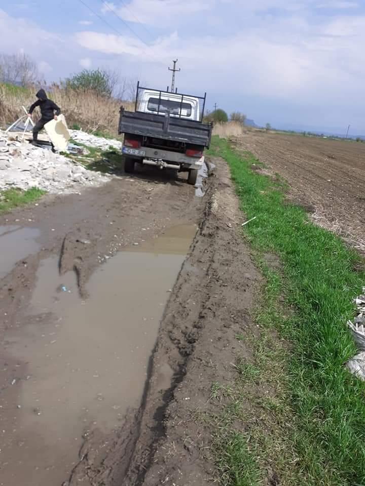 Amendă de 30 000 lei și o autoutilitară confiscată, după ce au aruncat deșeuri provenite din construcții, la marginea Devei