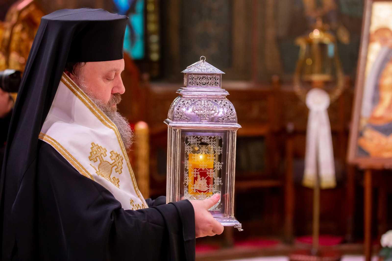 Paști 2021: Sfânta Lumină de la Ierusalim ajunge la Patriarhie în Sâmbăta Mare