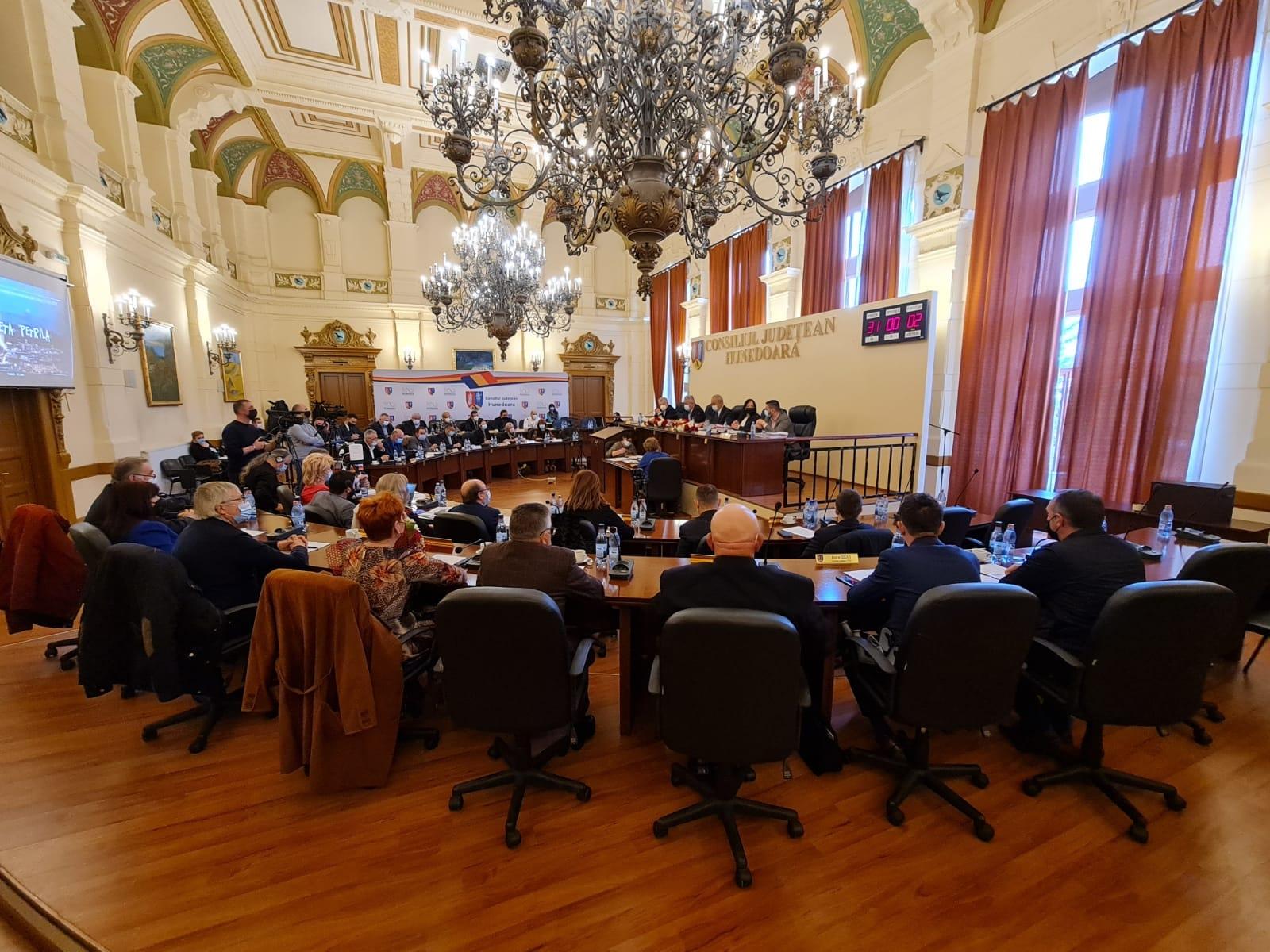 Salariile unor angajați ai Consiliului Județean Hunedoara depășesc 20.000 de lei