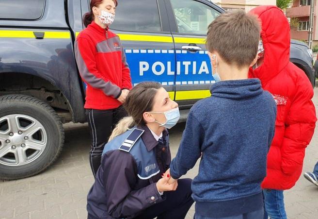 FOTO  Polițiștii hunedoreni, ajutoarele Iepurașului. Au adus zâmbetul pe buze unei mame cu doi copii