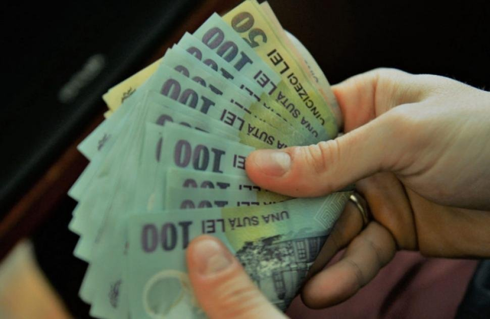 Tânără, prinsă după ce a furat bani și țigări dintr-un magazin