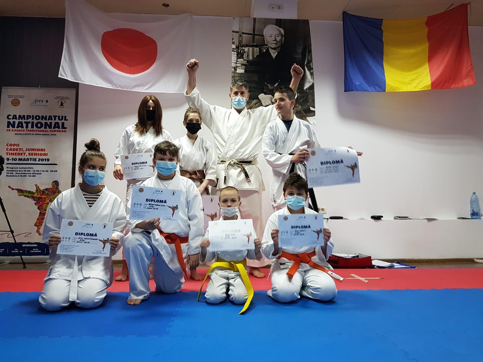 Doi instructori de karate hunedoreni, licențiați la Brașov