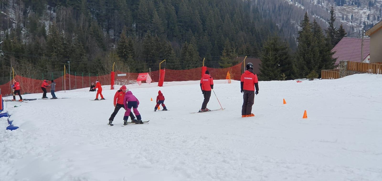 Cursuri de schi gratuite, oferite de salvamontiști, micuților de la casa de copii din Săulești
