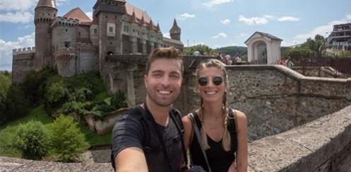 Impresiile a doi vloggeri americani, pasionați de călătorii în jurul lumii, după vizita la Castelul Corvinilor
