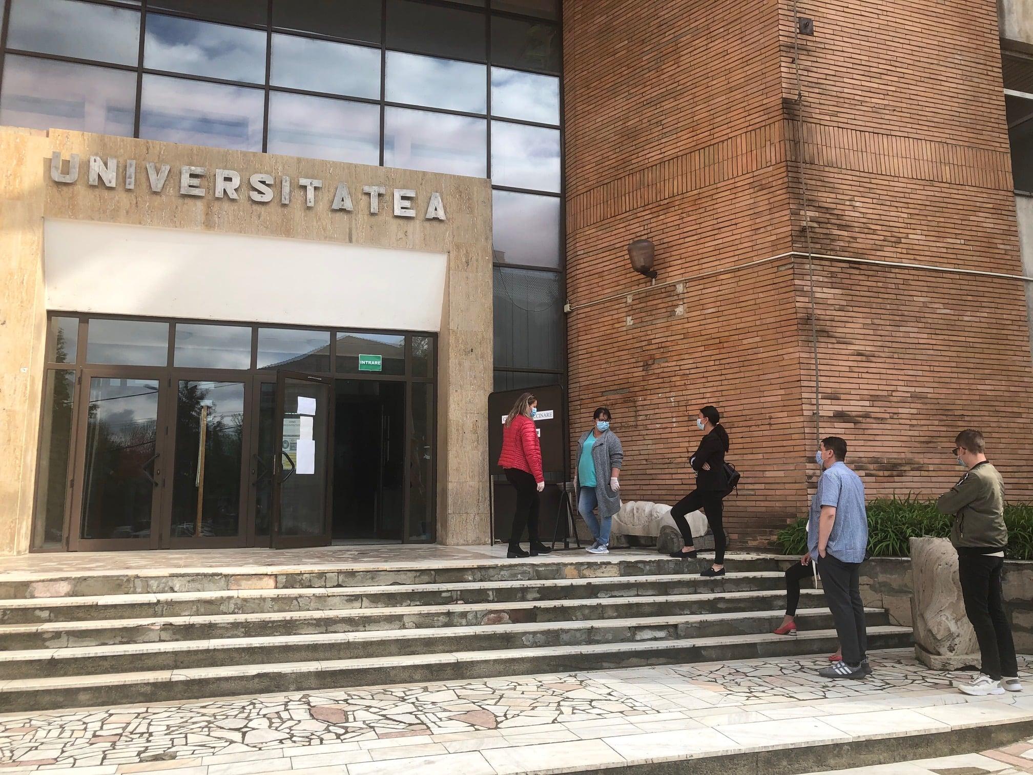 """Campania """"Înapoi la școală"""" continuă. Astăzi, vaccinări la Universitatea Petroșani, vineri, la Liceul Tehnologic """"Transilvania"""" din Deva"""
