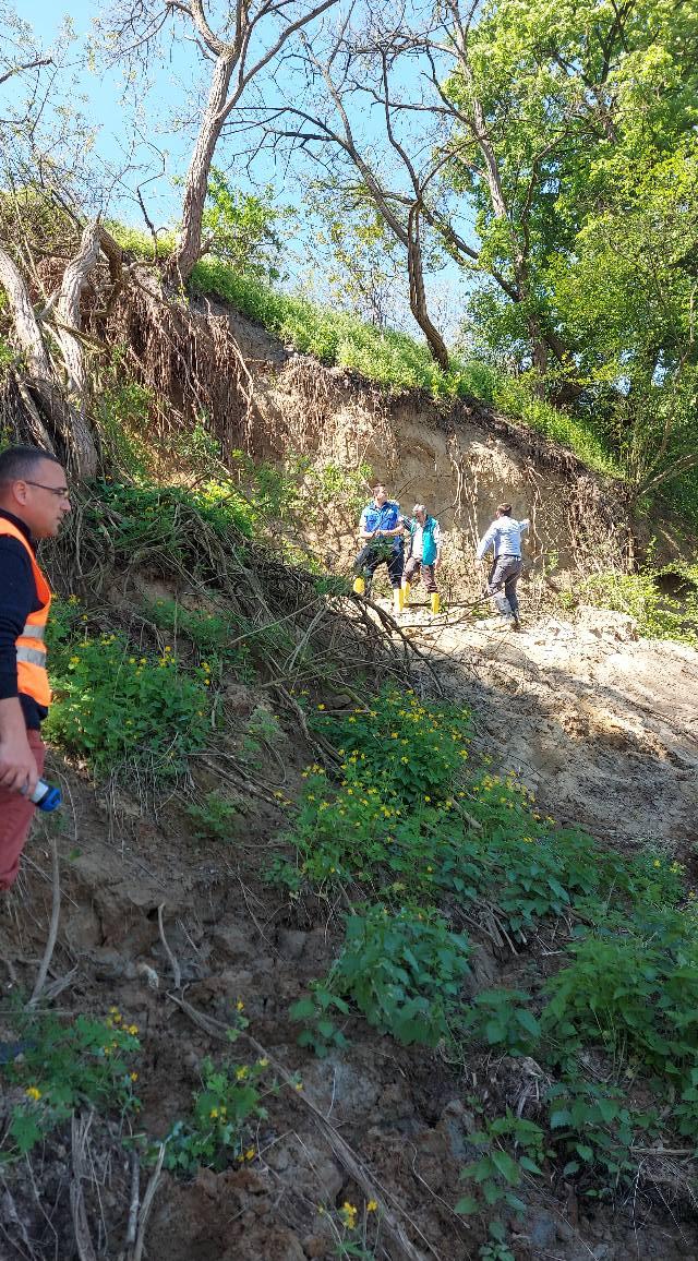 Alunecare de teren în zona localității Leșnic, pe DN 7, pe malul stâng al Mureșului