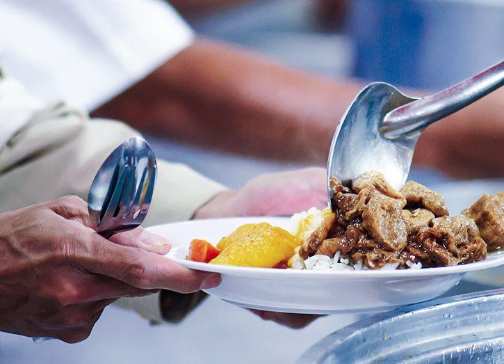 Peste 170 de persoane din municipiul Deva au ridicat tichetele sociale pentru mese calde