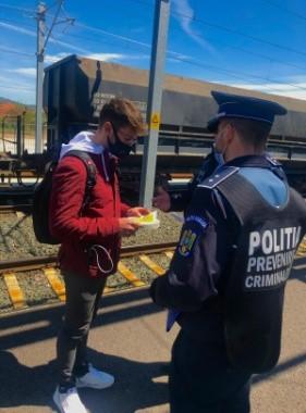 """""""Selfie-ul pe tren nu ia like-uri, ia vieți!"""" – campanie derulată de polițiștii hunedoreni"""