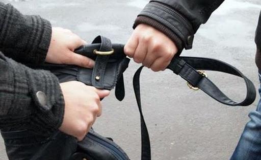 Deveancă, agresată de un tânăr care a vrut să îi fure poșeta