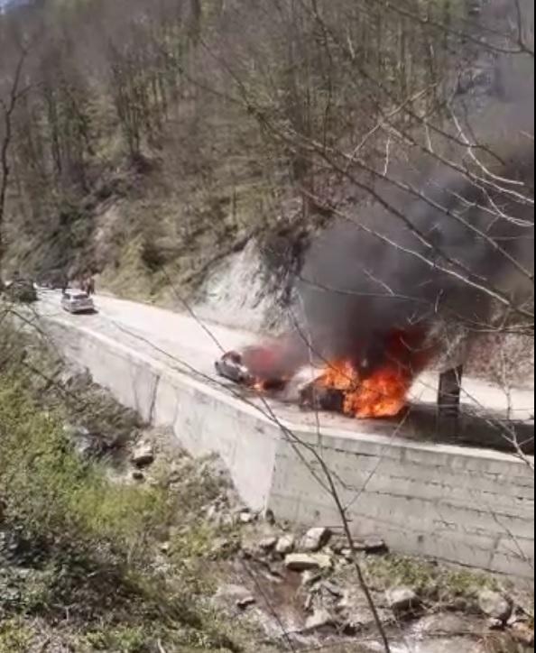 (VIDEO) Două mașini au ars în parcarea din apropierea sitului Sarmizegetusa Regia