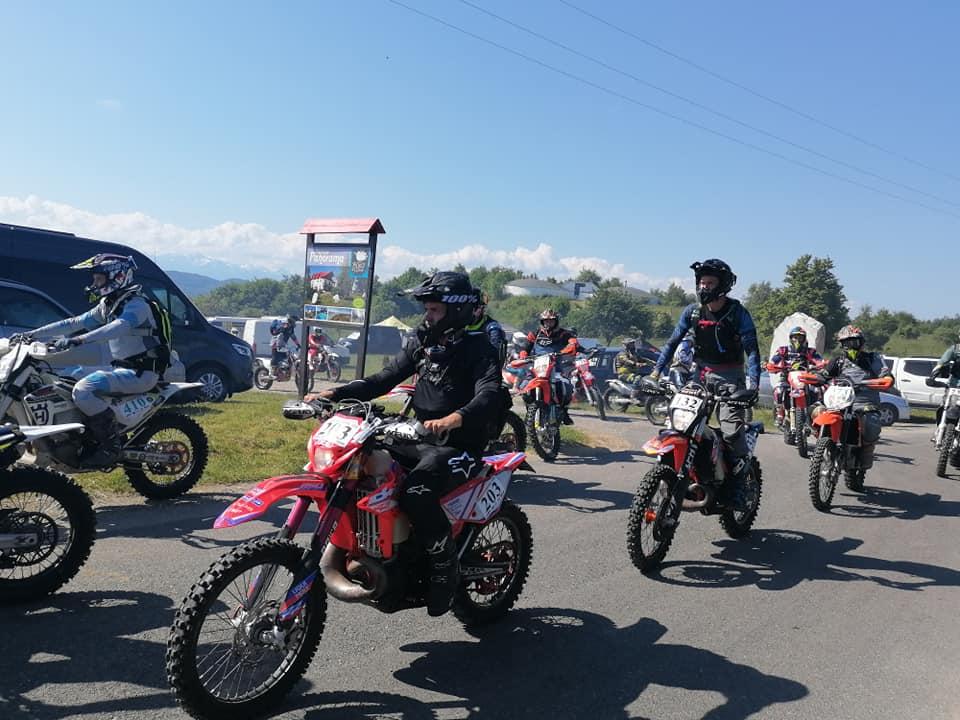 """Motoare turate în Ținutul Pădurenilor. Peste 300 de motocicliști, la """"Enduro Panorama"""" 2021"""