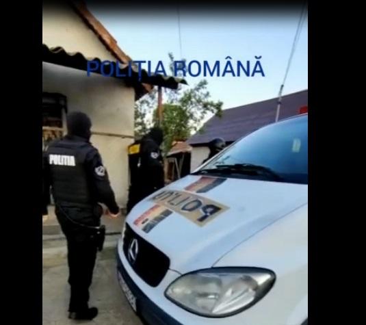 FOTO-VIDEO  Percheziţii la Geoagiu şi Sebeş, la locuinţele unor suspecţi de furturi de catalizatoare auto