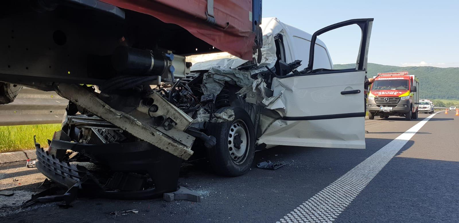 FOTO: Accident rutier, soldat cu un rănit încarcerat, pe autostrada A1, în apropiere de Ilia