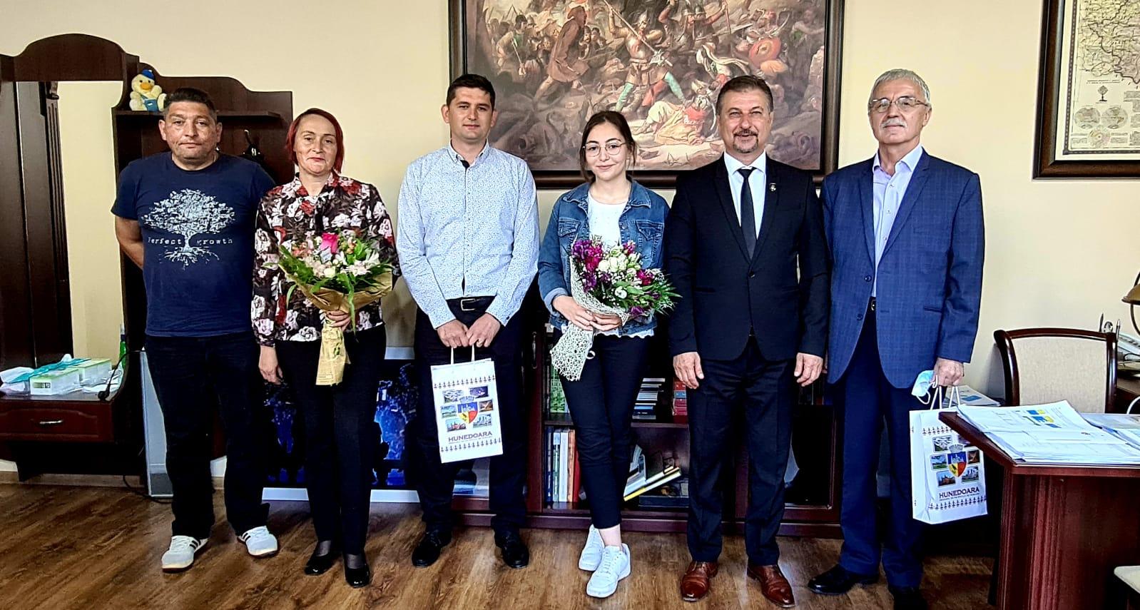 """Elevă din Hunedoara cu 10 """"pe linie"""" în toţi cei patru ani de liceu, felicitată de primarul Dan Bobouţanu"""