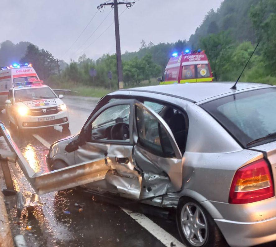 Accident cu doi răniţi pe DN 66, în localitatea Băniţa. Un autoturism a intrat într-un parapet de pe marginea drumului