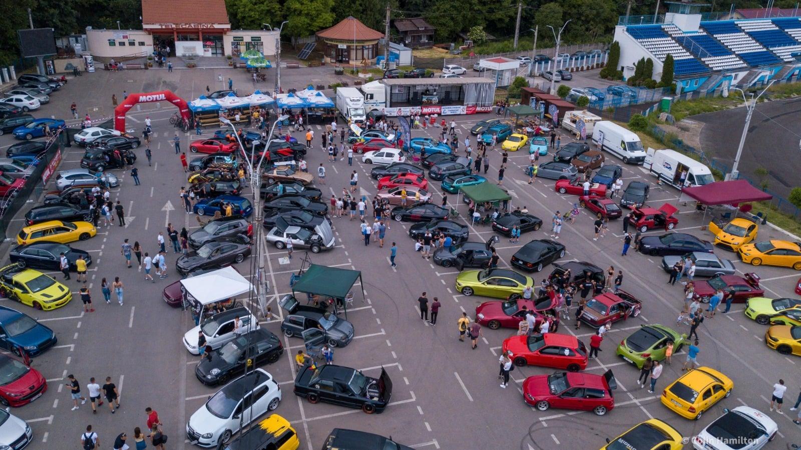 Mașini tunate – vedete, în acest weekend, la Deva. Peste 90 de bijuterii pe patru roţi, expuse la poalele Cetăţii