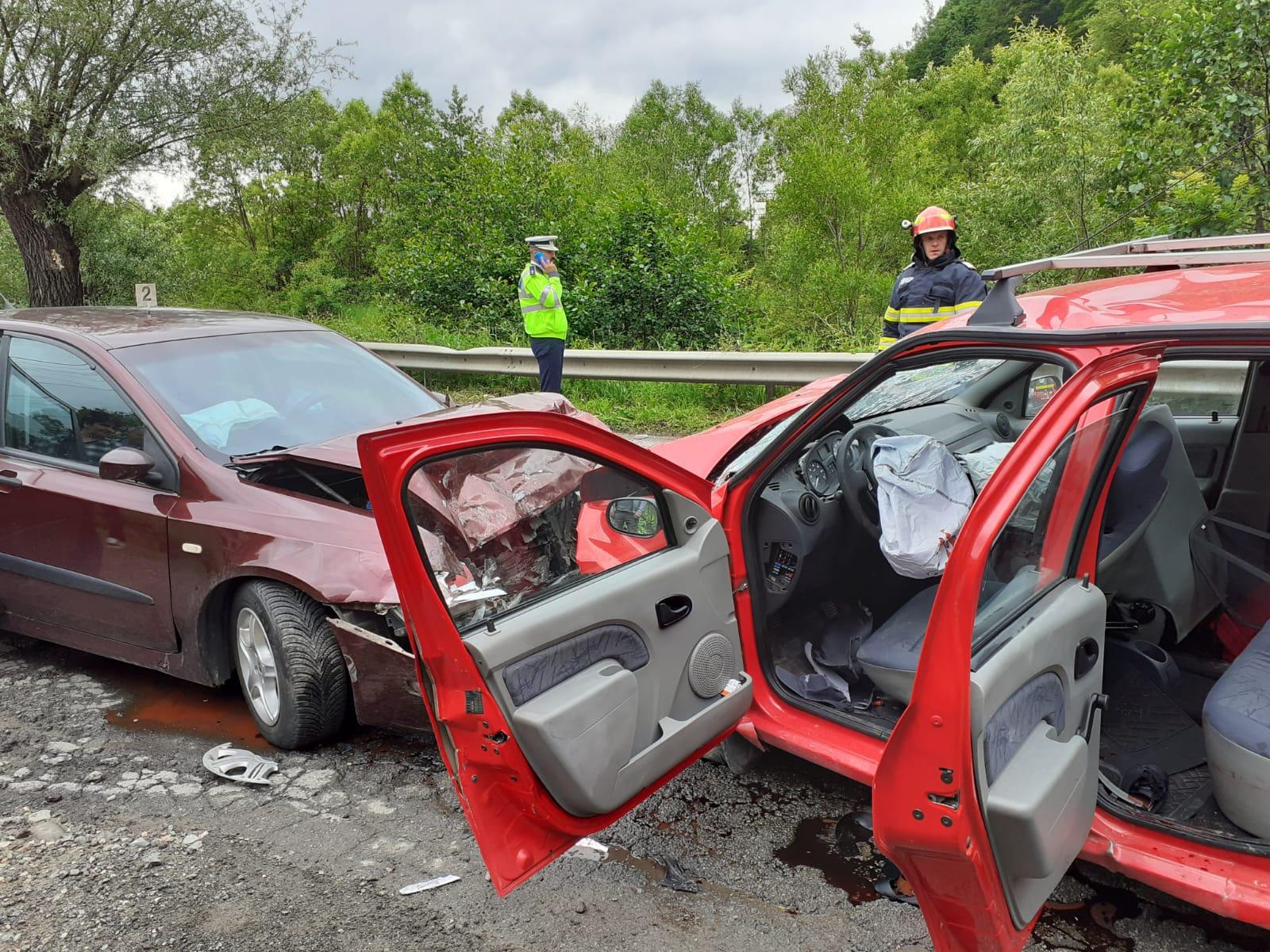 (FOTO/VODEO) Grav accident rutier pe DN 66, în Petroşani. Patru persoane au fost rănite