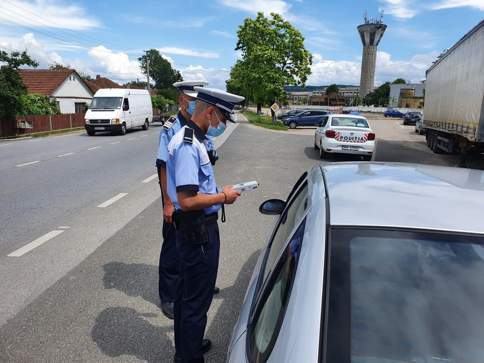 Sute de conducători auto opriți în trafic și testați cu aparatul etilotest. Surprizele nu au întârziat să apară