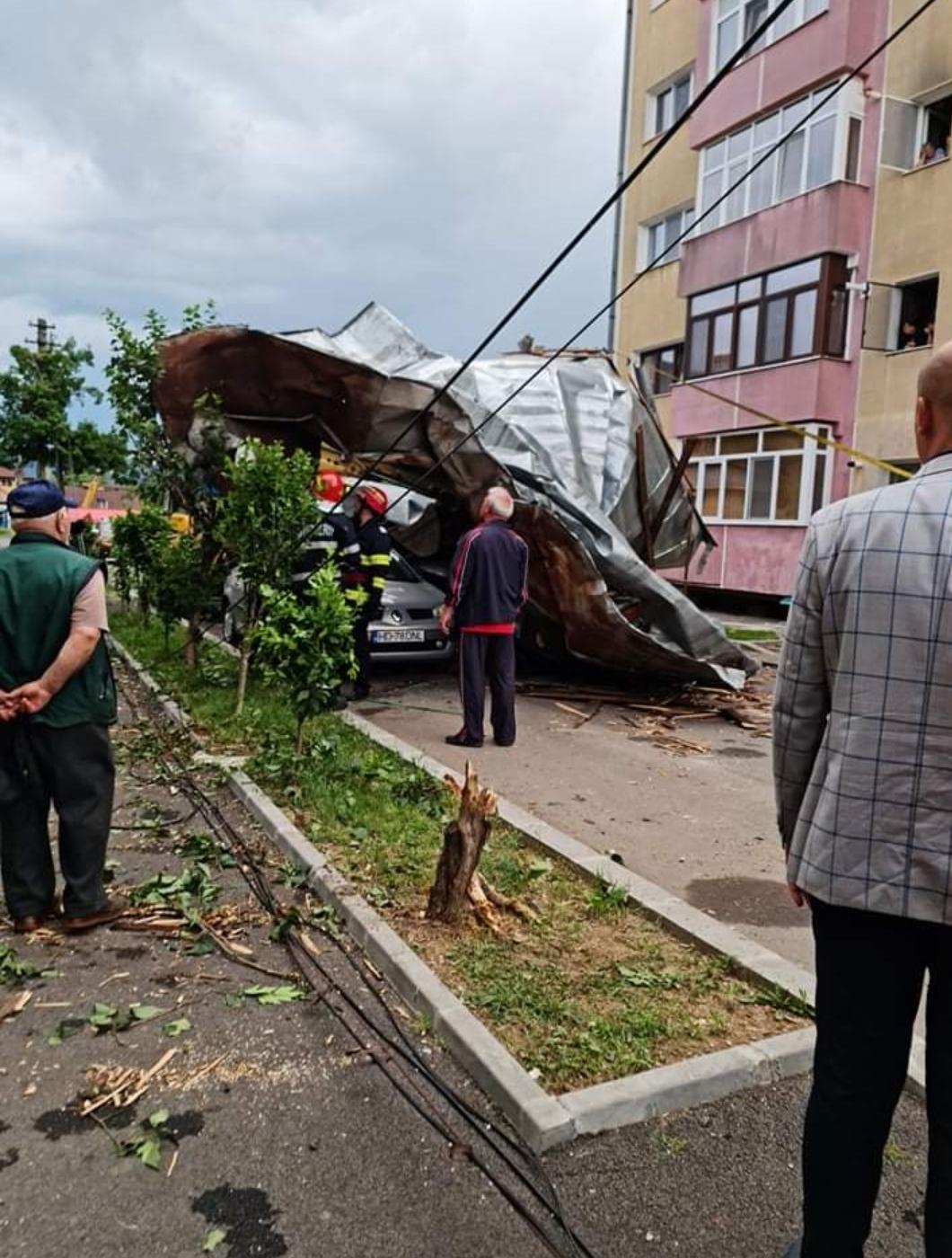 Furtună puternică la Simeria. Acoperișul unui bloc a fost smuls de vânt și a căzut pe trei autoturisme