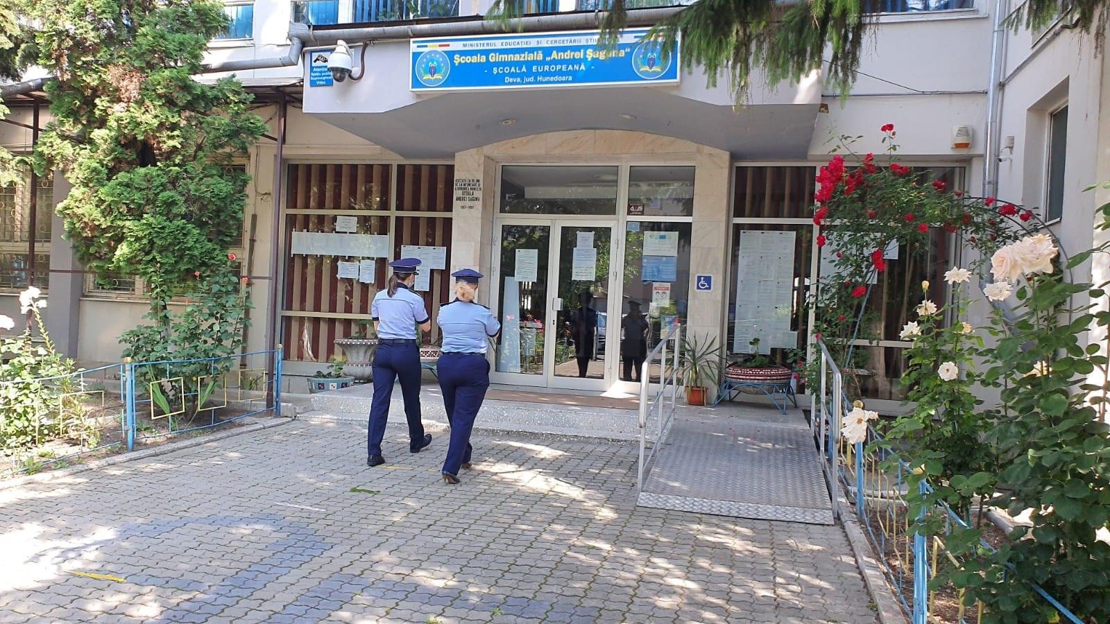 Polițiștii hunedoreni acționează pentru siguranța elevilor claselor a VIII-a, care susţin Evaluarea Naţională