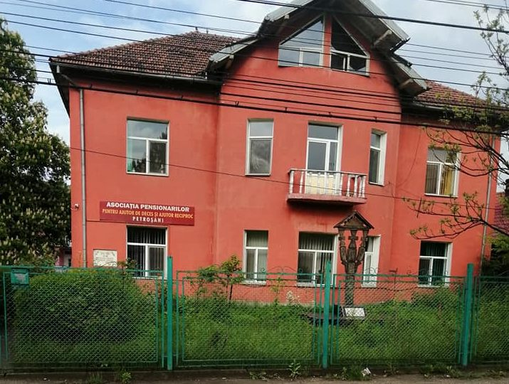 Protest la înălțime: Doi bărbați s-au urcat pe acoperișul Casei Pensionarilor din Petroșani și au amenințat că se aruncă
