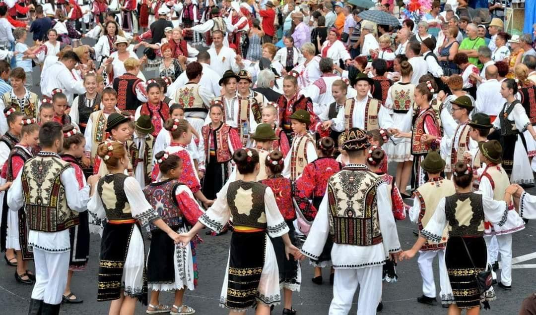 """""""Zilele Hunedoarei"""": Paradă a portului popular astăzi. Zeci de participanți, așteptați să se prindă în cel mai mare """"brâu pădurenesc"""""""
