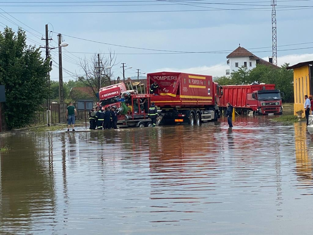 FOTO: Ploile au creat probleme la Brad. Centrul municipiului a fost inundat, iar pe DN 76 nu s-a putut circula, timp de câteva ore