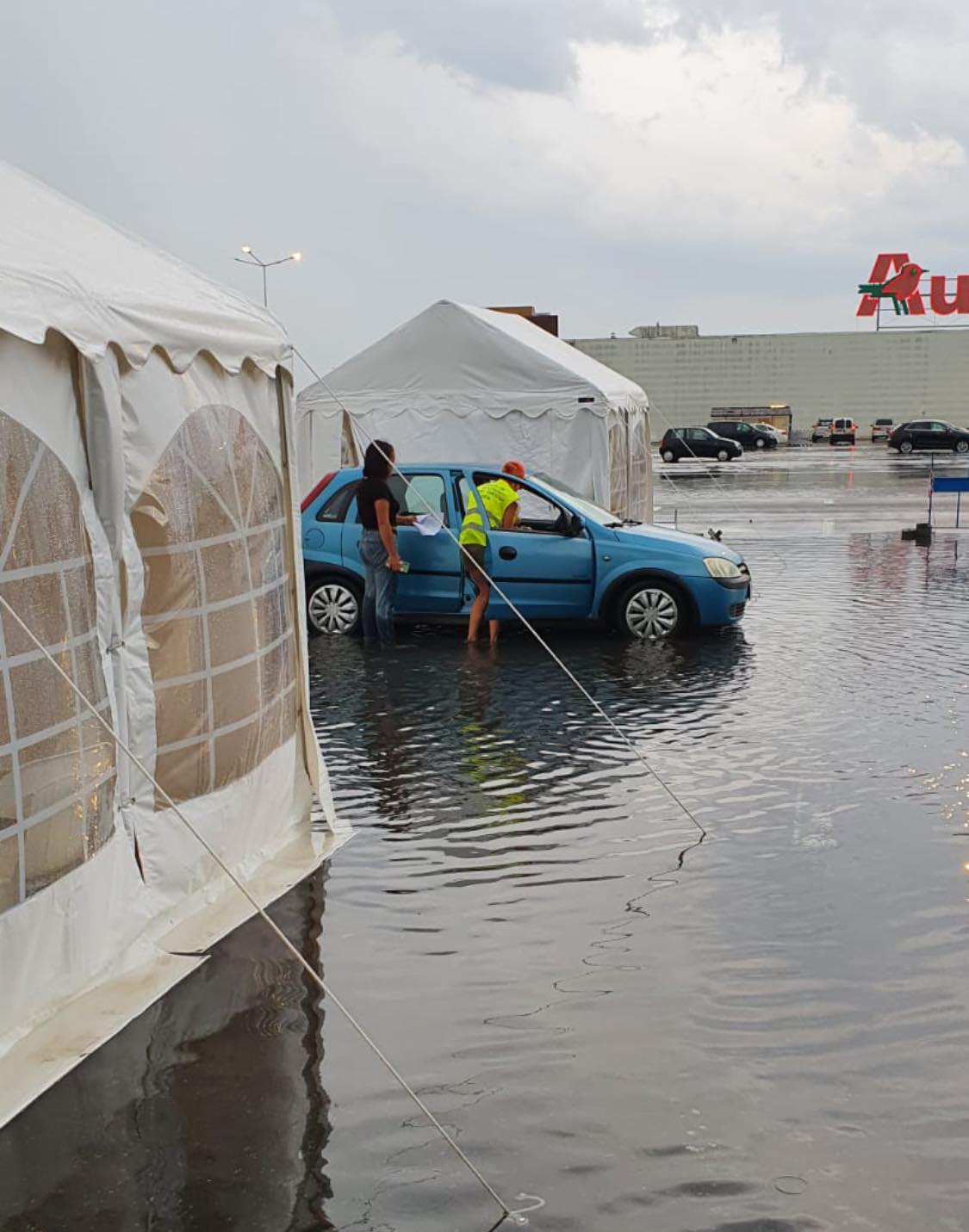 """FOTO: """"Vaccinăm și nu ne lăsăm!"""" Imagini de la Centrul """"Drive -Thru"""" Deva, în timpul inundațiilor"""