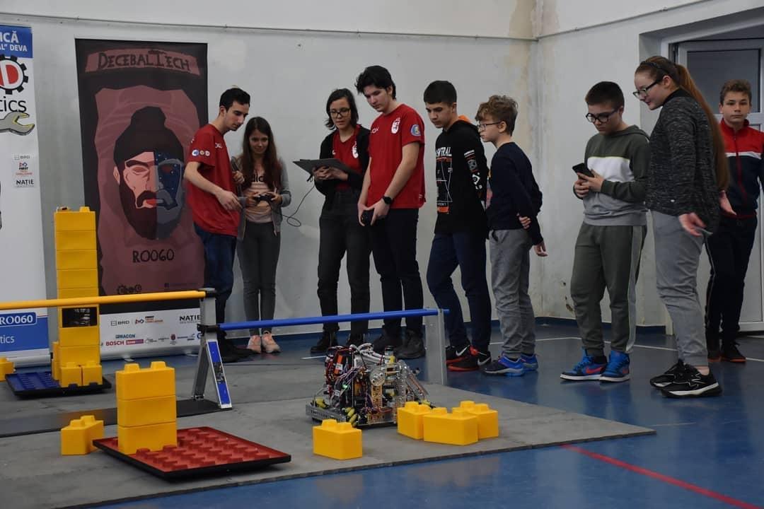 Demonstrații cu roboți, creați de tineri hunedoreni, la Poalele Cetății Deva