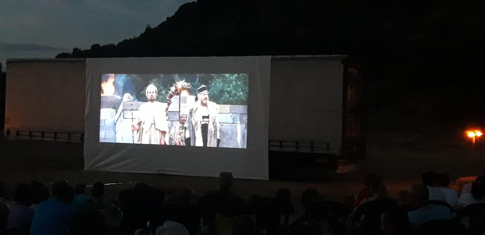 """Cinema sub cerul liber, la Măgura Uroiului. Filmele """"Burebista"""" și """"Liceenii"""" au fost proiectate, într-un decor rustic"""