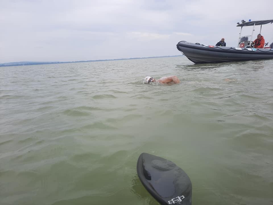 Hunedoreanul Avram Iancu a pornit în cursa pentru un nou record mondial. Trei zile și trei nopți înot, în Lacul Balaton