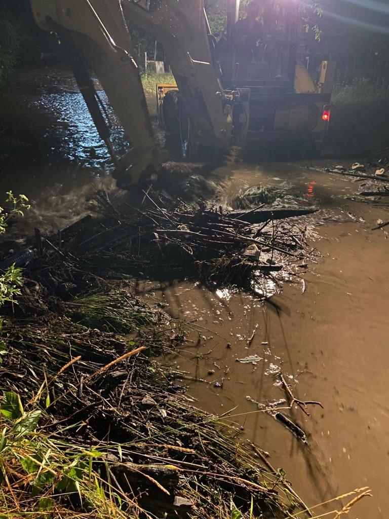 Inundații și la Silvașu de Sus. Autoritățile au intervenit cu utilaje