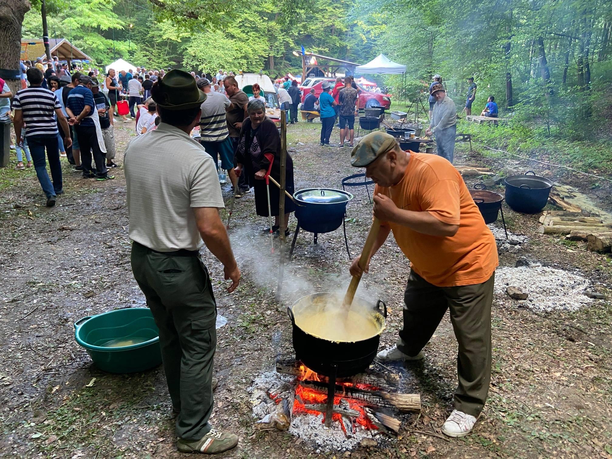 """FOTO: Ciobanii au încins ceaunele cu balmoș și tocăniță de oaie, în poiana """"La izvorul de apă acră"""" din satul Păuliș"""