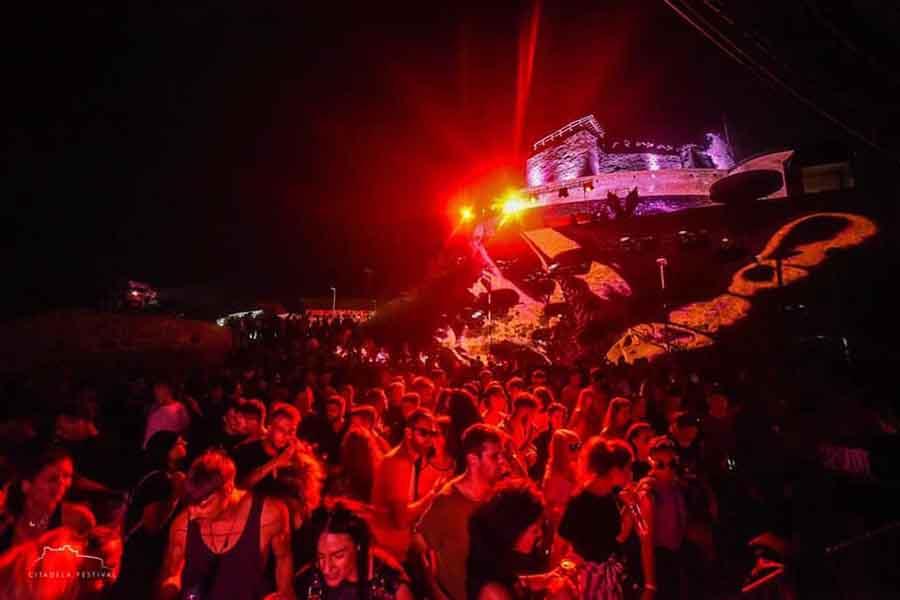 """Începe """"Citadela Festival"""", trei zile de muzică electronică, între zidurile Cetății Devei. Programul  telecabinei, în perioada festivalului"""