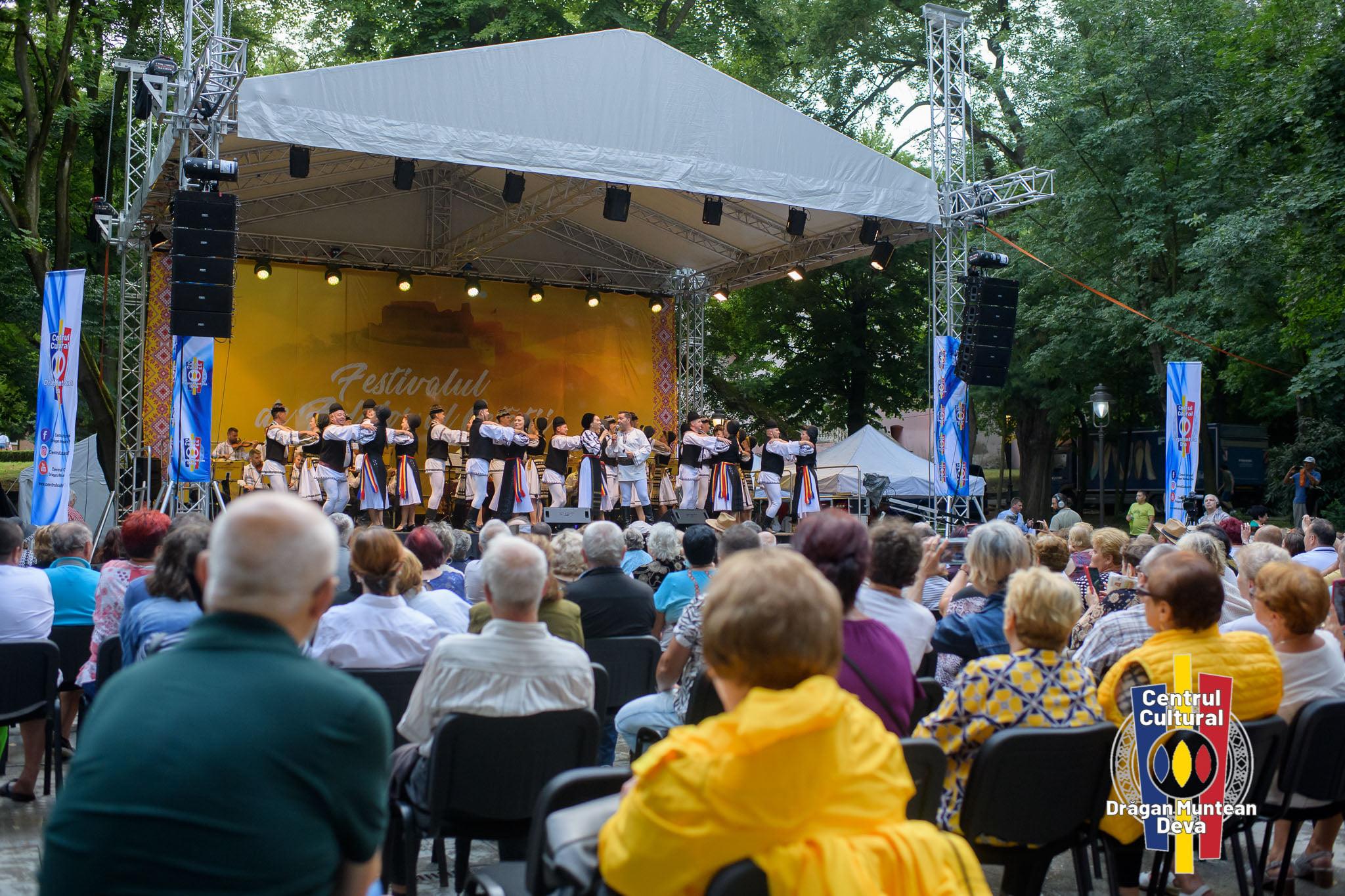 """""""Festivalul de Folclor al Cetății"""", debut cu succes. Deva """"a vibrat"""", timp de trei zile, pe ritmul muzicii populare"""