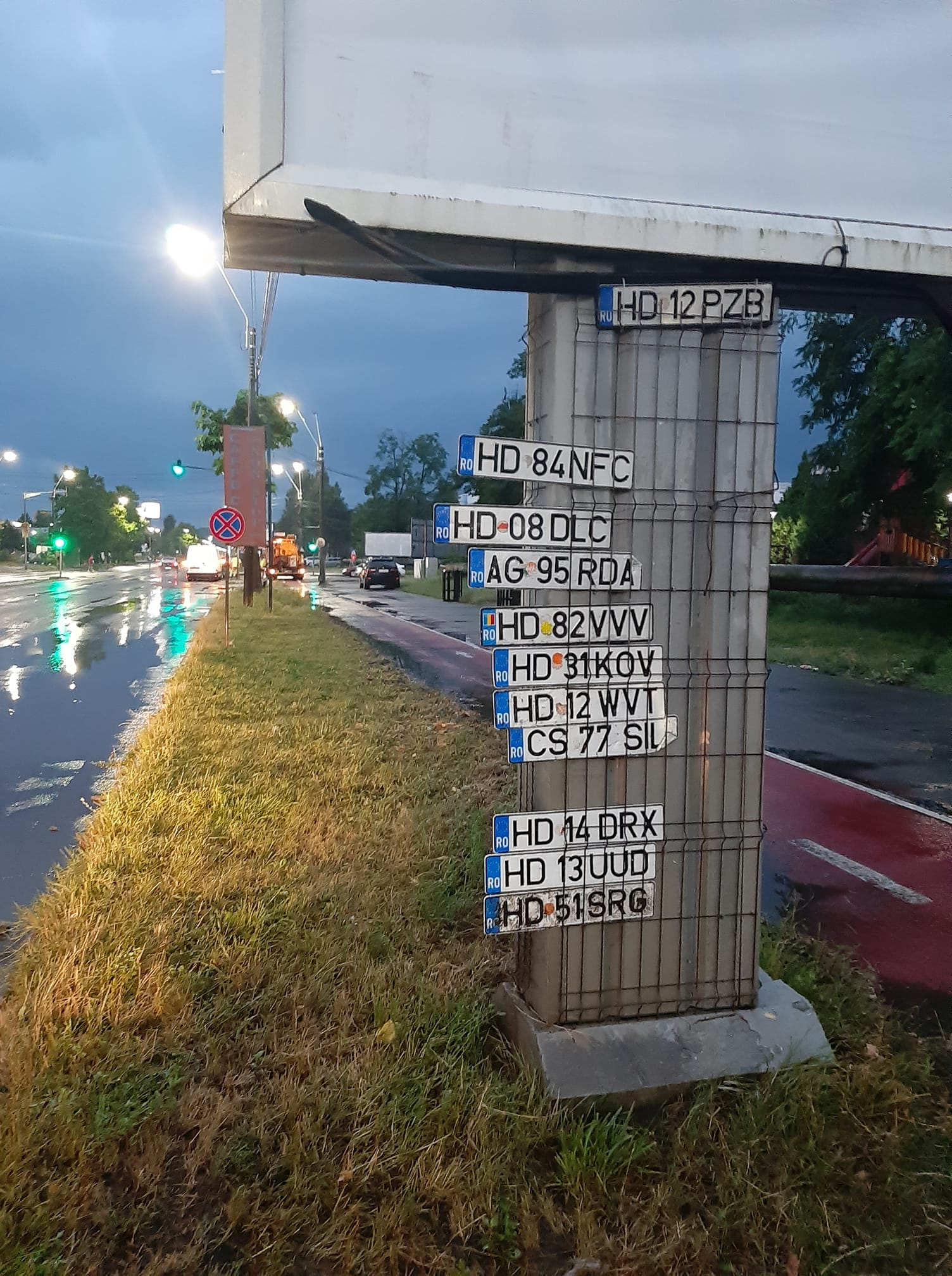 """Plăcuțe de înmatriculare """"căzute la datorie"""", în urma inundațiilor produse la Deva. O parte, găsite și agățate pe un panou publicitar din oraș"""