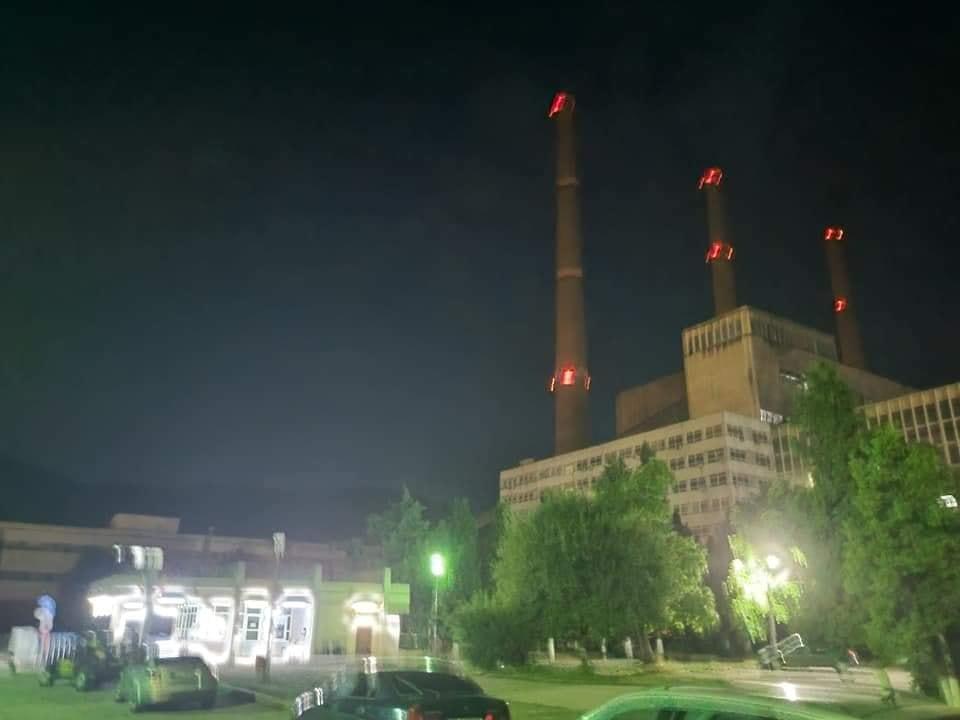 """VIDEO: """"Steaua de pe Mureș"""" s-a stins. Lumânări aprinse și aplauze pentru energeticieni, la ieșirea din ultimul schimb, înaintea închiderii Termocentralei Mintia"""
