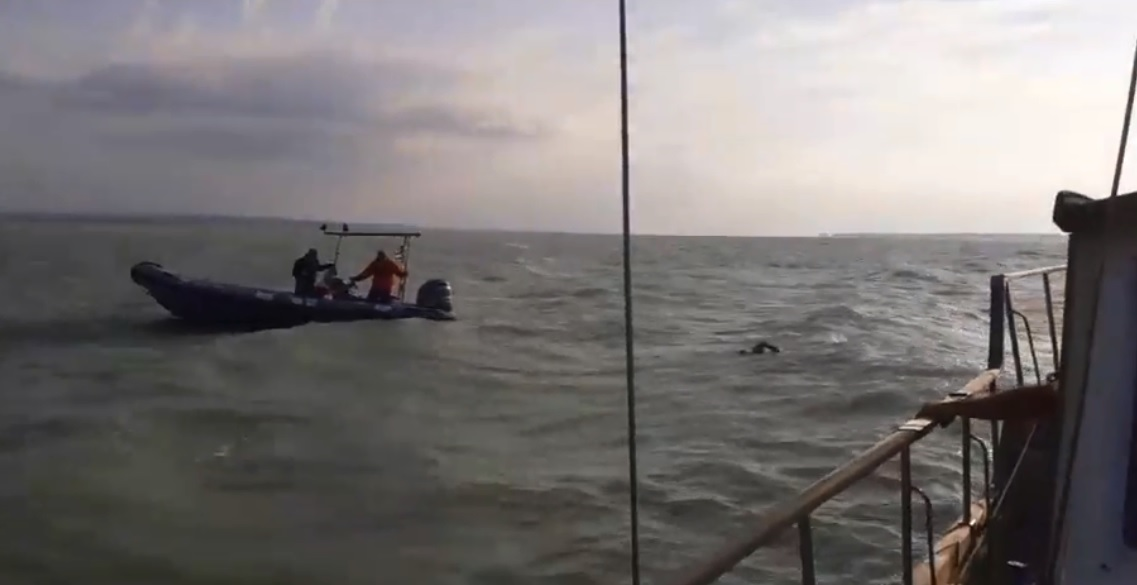 VIDEO: Avram Iancu, nevoit să se oprească din cursa înot în Lacul Balaton, din cauza unei furtuni
