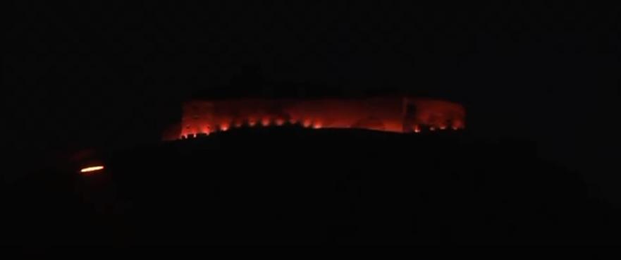 Cetatea și trei clădiri din Deva, iluminate în roșu, în semn de solidaritate cu persoanele cu dizabilități intelectuale