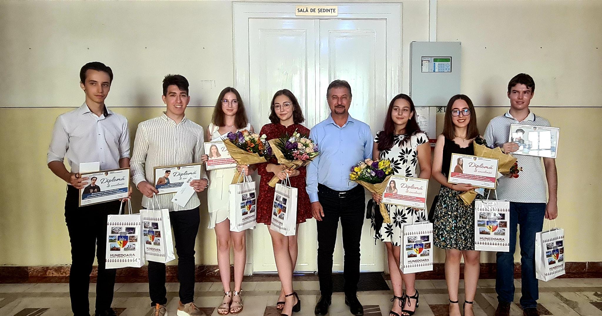 Absolvenți de nota 10, premiați de municipalitatea Hunedoarei cu câte 2.000 de lei