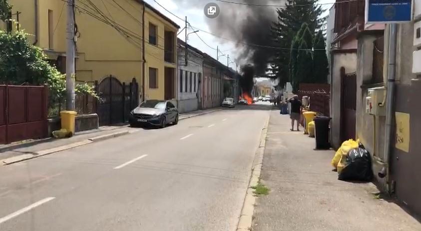 VIDEO: Mașină în flăcări la Deva. Autoturismul arde ca o torță